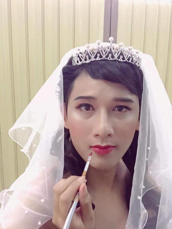 Vợ ngỡ ngàng nhận ra sắc đẹp 'nghiêng nước đổ thùng' của chồng khi trang điểm, mặc váy cưới