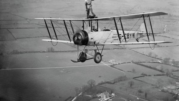 Đi bộ trên cánh máy bay - 'Thú vui' rùng rợn mà hậu thế ngày nay đố dám đua đòi với các cụ