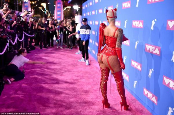 Thảm đỏ VMAs: Bữa tiệc thịnh soạn chỉ toàn 'núi đôi' và vòng ba hủy diệt ống kính