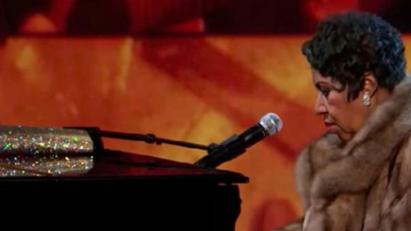Vì sao lúc sinh thời nữ hoàng nhạc soul Aretha Franklin luôn đem túi xách lên sân khấu?
