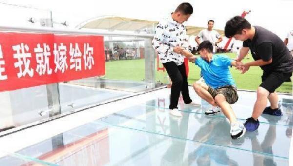 Đưa cả xe hơi và vali đầy tiền ra cầu hôn, người đẹp Trung Quốc vẫn bị bạn trai từ chối vì... sợ độ cao