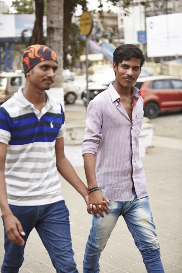 Tại sao đàn ông Ấn Độ lại thích nắm tay nhau dung dăng dung dẻ trên đường phố?