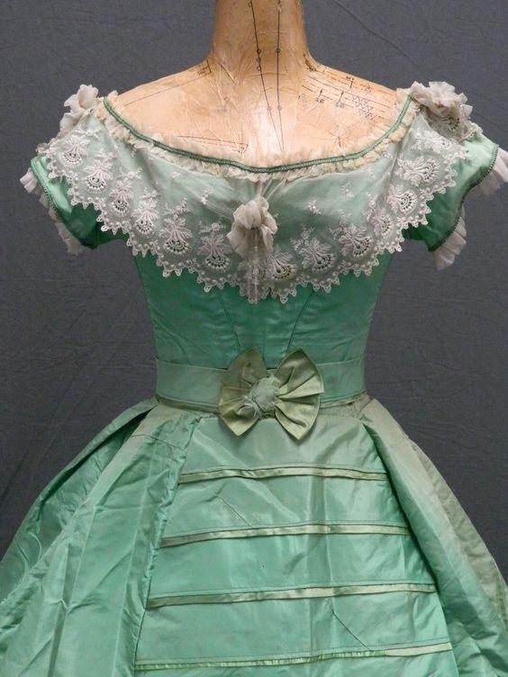 Loạt xu hướng thời trang 'muốn đẹp phải liều mạng' đã từng tồn tại trong lịch sử