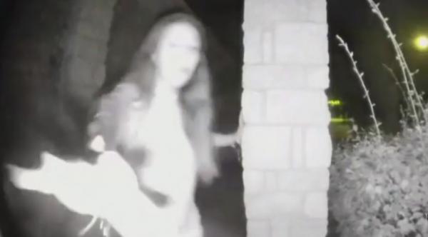 Hết hồn clip ghi lại hình ảnh người phụ nữ lạ lùng nhấn chuông cửa và biến mất trong đêm