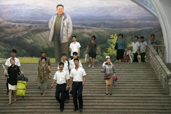 Những khoảnh khắc 'rất đời' trong một ngày sinh hoạt và làm việc của người dân Triều Tiên