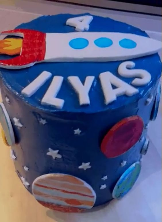 Chiếc bánh sinh nhật hình tên lửa này chính là ước muốn của mọi cậu bé con