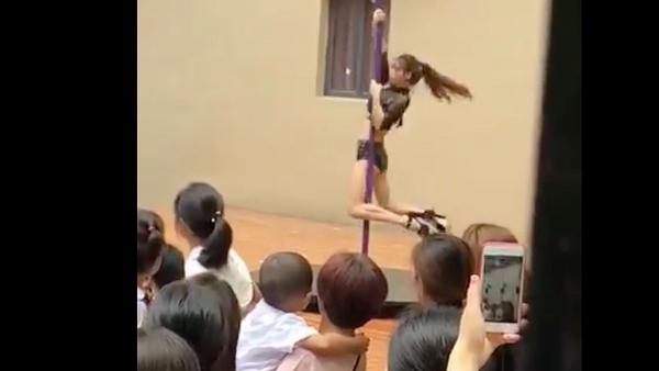 Trường mẫu giáo 'vui tính' mời vũ công múa cột về diễn để học sinh... 'hiểu thêm về văn hóa nước nhà'