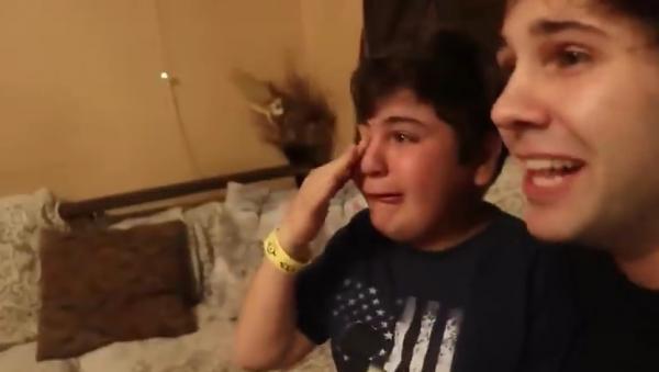 Bị cả gia đình 'đùa nhây', cậu bé ngây thơ 'khóc tràn bờ đê' vì nghĩ mình trúng thuật tàng hình