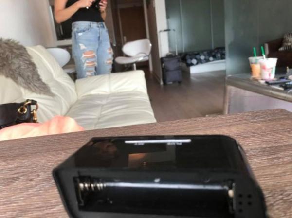 Không tưởng tượng nổi: Phát hiện camera giấu kín trong căn hộ cho du khách thuê