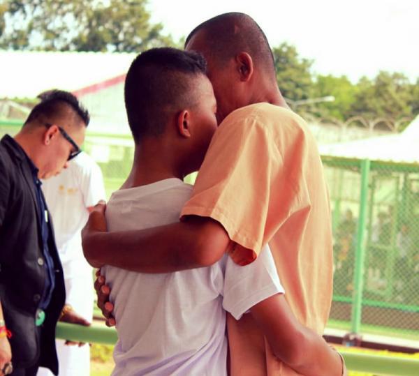 Đi tham quan trại giam, con trai oà khóc vì bắt gặp cha ở đó