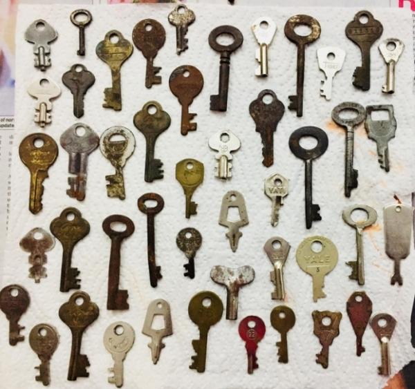 Chiêm ngưỡng những bộ sưu tập lạ lùng nhất thế giới: Biển số xe cũ, chìa khóa cổ, bút hết mực...