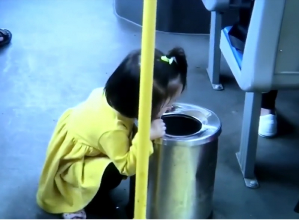 Cô bé 2 tuổi lịch sự ăn kem trên nắp thùng rác khiến khối người lớn còn phải thấy xấu hổ
