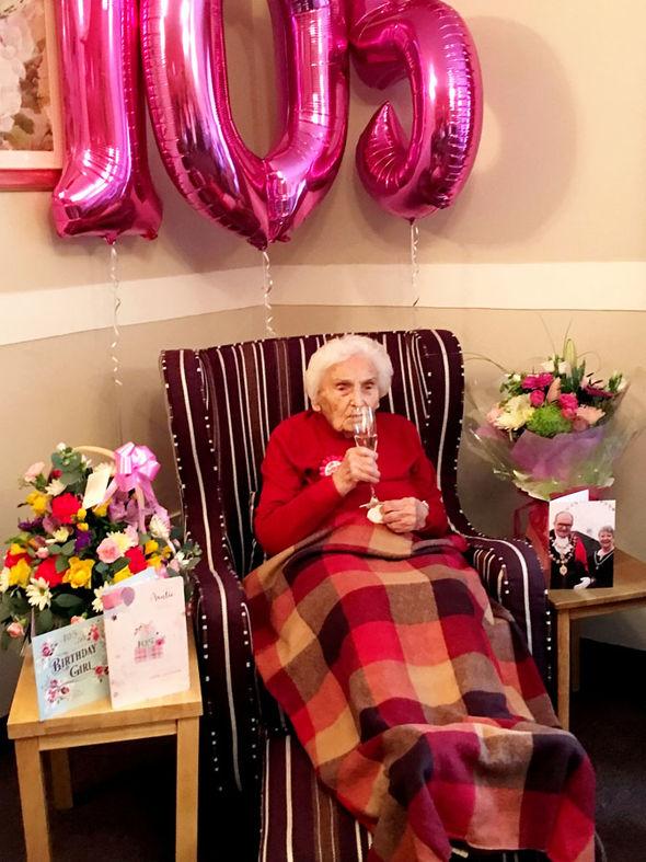 Cụ bà 105 tuổi 'bật mí' bí quyết sống thọ: Không yêu đương, cả đời tránh đàn ông càng xa càng tốt