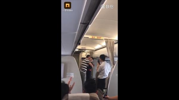 Nữ tiếp viên hàng không bị đuổi việc vì được bạn trai cầu hôn trên máy bay
