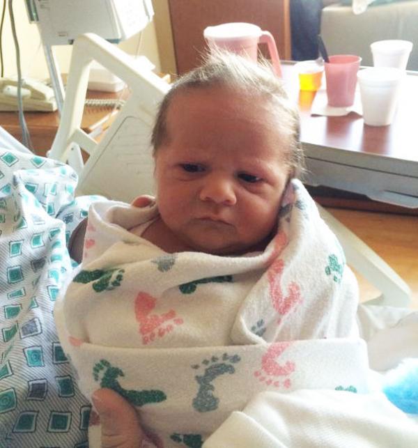 Bộ ảnh bé sơ sinh than thở 'Mới được vài ngày tuổi mà tui đã thấy chán thế giới loài người rồi'