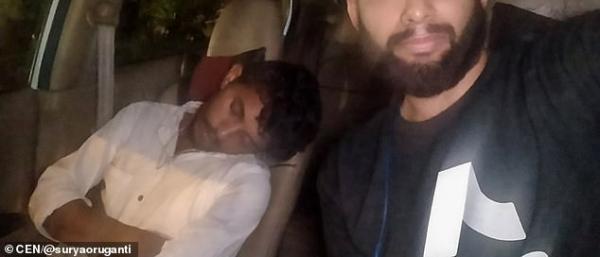 Tài xế Uber xỉn quắc cần câu, hành khách đành phải tự lái xe thay