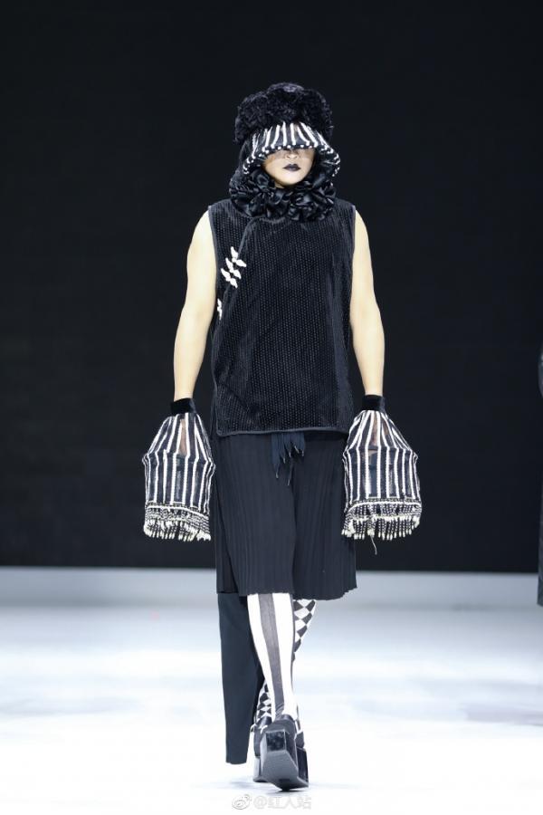 Trần Chí Bằng yểu điệu mặc váy catwalk, còn đâu 'Nhĩ Thái' nam tính ngời ngời của ngày xưa?