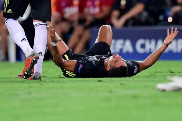 Ronaldo bật khóc vì thẻ đỏ vô lý ngay trận mở màn Champions League