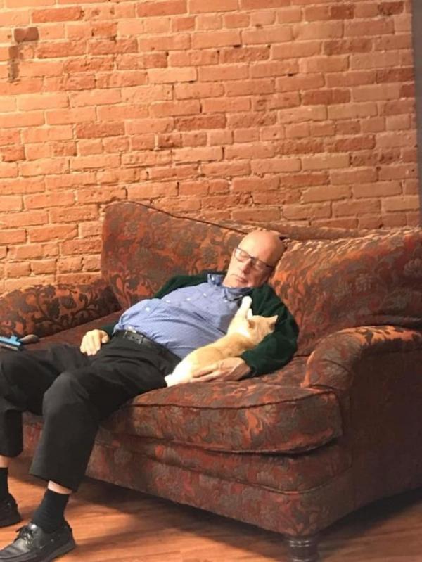 Chỉ là hình ảnh ông cụ ngủ bên những chú mèo mà sao làm lòng ta bình yên đến lạ