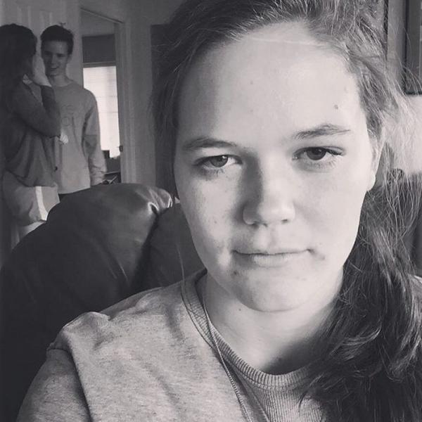 Loạt ảnh 'người thứ ba' của cô gái trẻ nói giùm tâm trạng của biết bao người