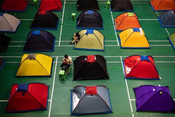 Chuyện lạ như đùa: Cha mẹ Trung Quốc cắm trại ngay trong trường Đại học vì... thương con