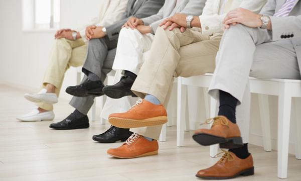 Lý do đàn ông gặp khó khăn khi ngồi khép chân lại như chị em phụ nữ