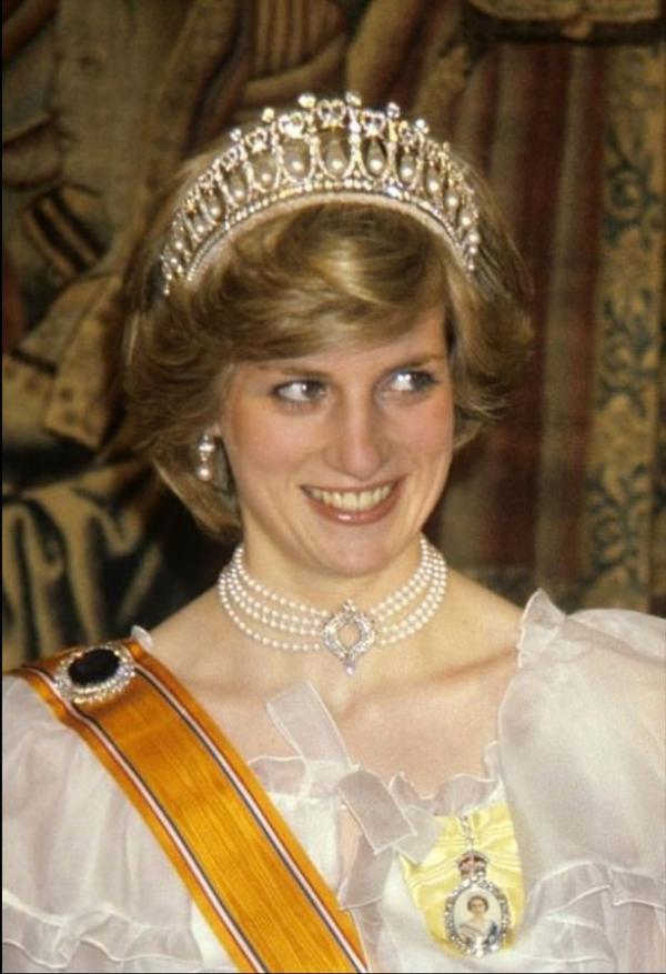 Bố mẹ Kate Middleton gây tranh cãi khi bán hình nộm Halloween gợi nhắc cái chết của Công nương Diana