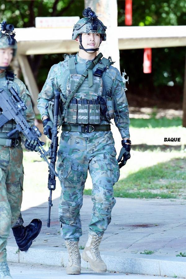 Diện quân phục cực ngầu, Taecyeon khiến netizen gào thét: 'Đây mới là soái ca Hậu Duệ Mặt Trời!'