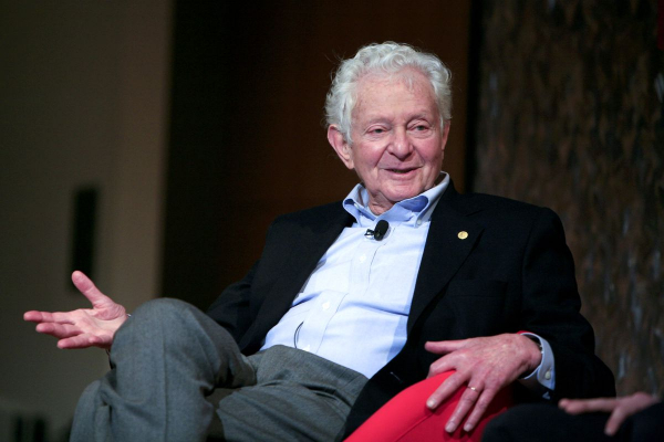 Giáo sư đoạt giải Nobel phải bán huy chương để trả tiền viện phí