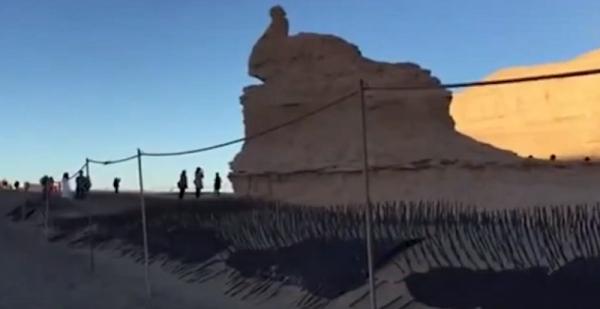 Công viên địa chất Trung Quốc lắp đặt gai kim loại để ngăn chặn sự tàn phá của du khách