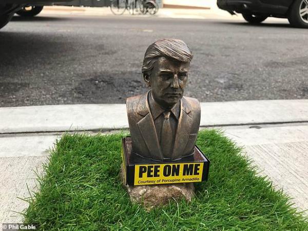 Xuất hiện nhiều bức tượng Tổng thống Trump tí hon với dòng chữ 'Tè lên tôi'