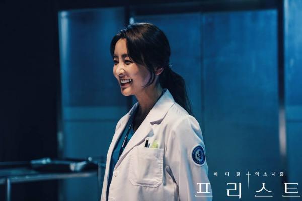 'Priest': Lại thêm một phim Hàn kết hợp trừ tà và y khoa, không xem hơi phí!