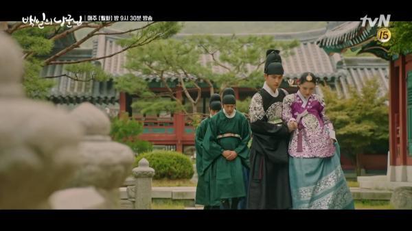 '100 Days My Prince' tập 11: Won Deok - Hong Shim tranh thủ hôn say đắm trước khi ngược nhau tơi bời