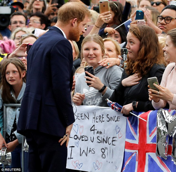 Hoàng tử Harry lần đầu phá vỡ luật lệ hoàng gia để ôm một nữ sinh và lý do dễ thương đằng sau đó