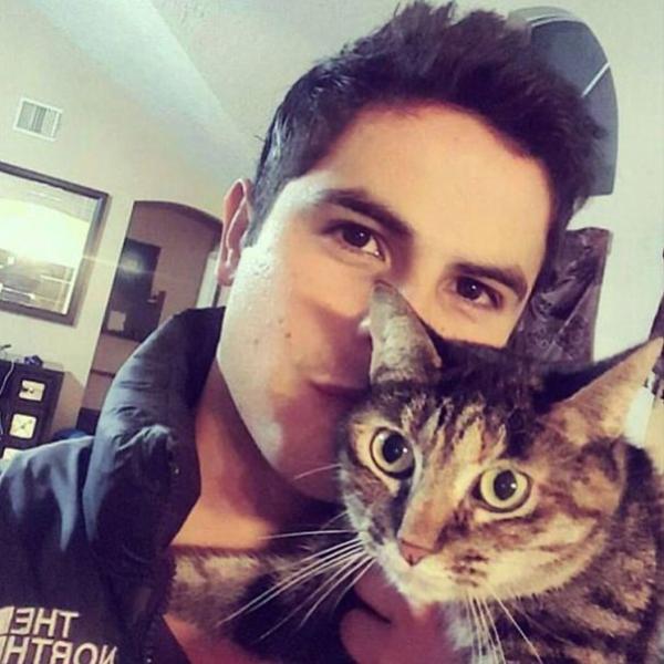 Lắm khi trai đẹp và 'Meow' cưng là tất cả những gì người ta cần
