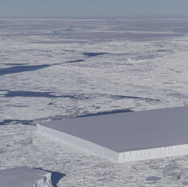 Tảng băng hình chữ nhật đẹp hoàn mỹ như sản phẩm Photoshop trôi ở Nam Cực