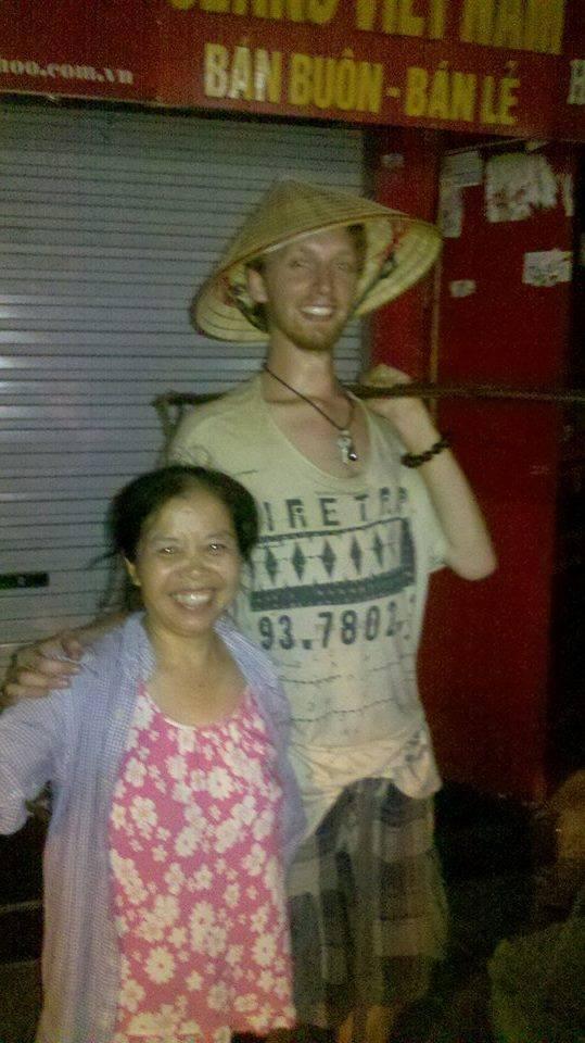 Tới Việt Nam du lịch, anh 'Tây ngố' khiến dân ta cười ngất vì dùng nhầm vòi xịt toilet để... gội đầu!