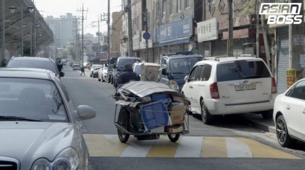 Mặt tối ở Hàn Quốc: Bà cụ chỉ kiếm được 50.000 VNĐ mỗi ngày từ việc nhặt thùng giấy