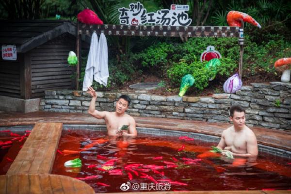 Đỉnh cao của sáng tạo: Bể tắm nước nóng 'cosplay' nồi lẩu Tứ Xuyên