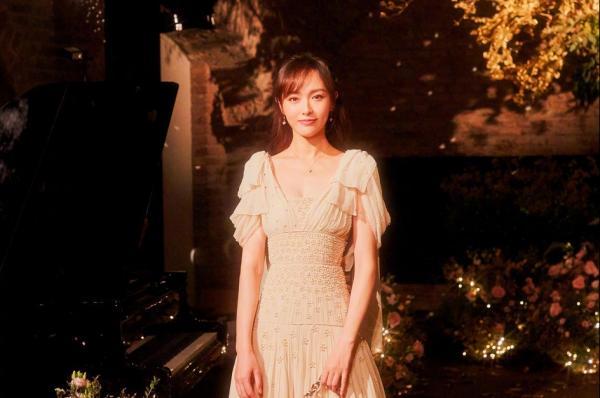 Cận cảnh lễ phục đầu tiên của Đường Yên: 650 giờ làm thủ công, đẹp hơn cả váy cưới của công chúa