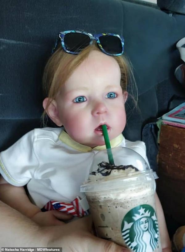 Cô gái trẻ chi 150 triệu VND mua 13 con búp bê về chăm sóc như mẹ chăm con