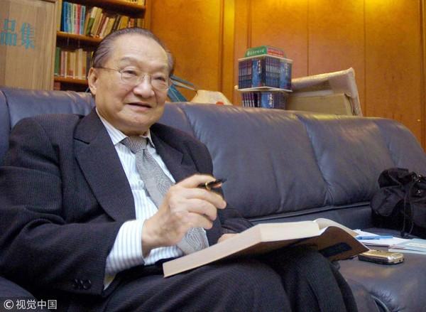 Cố văn hào Kim Dung muốn chỉnh sửa nội dung của 'Ỷ Thiên Đồ Long Ký' để nói rõ hơn về nỗi đau mất con