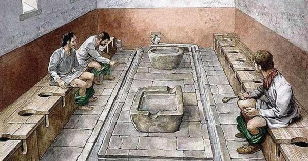 Trước khi giấy vệ sinh ra đời, người xưa đã dùng những thứ kì lạ này để 'dọn dẹp' sau khi 'đi nặng'
