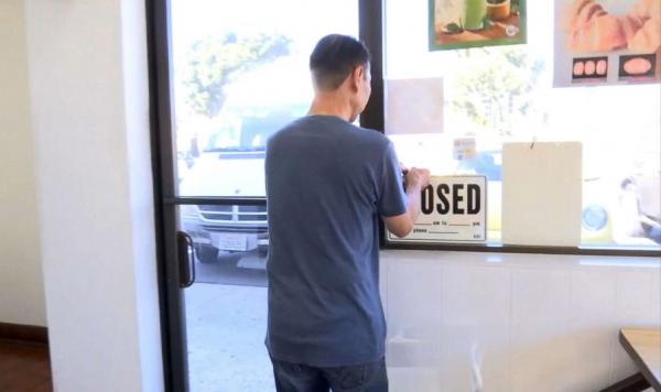 Khách hàng đổ xô mua bánh để giúp chủ cửa hàng được về sớm với vợ