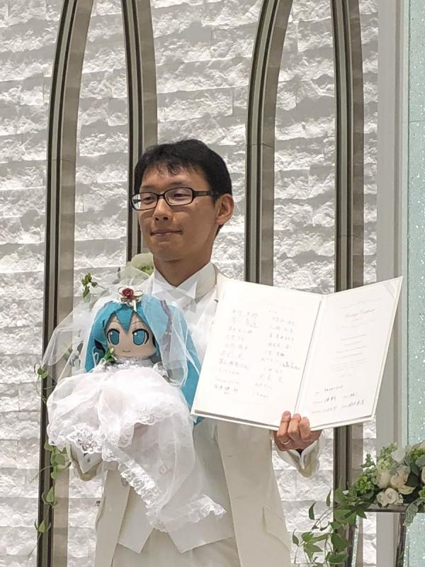 Từng bị sếp nữ bắt nạt, người đàn ông Nhật từ bỏ niềm tin vào phụ nữ và kết hôn với búp bê ảo