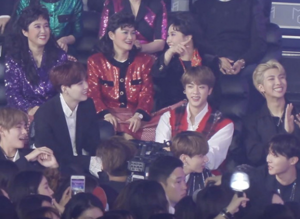 'Thánh ngơ' Jung Kook (BTS) là người duy nhất bất ngờ khi nghe tin cặp đôi nổi tiếng này đang hẹn hò