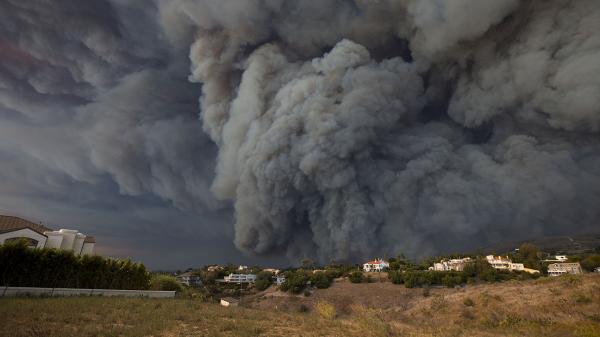 Nhiều sao Hollywood mất nhà cửa khi đám cháy rừng lan đến khu căn hộ siêu sang Malibu