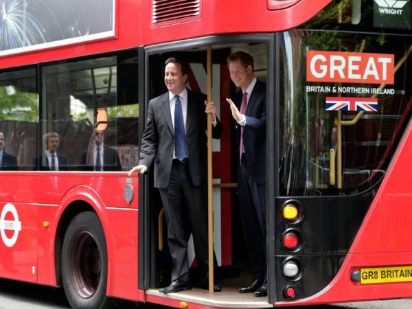 Bốn thập kỷ nhưng chỉ có 13 bức ảnh hiếm ghi lại cảnh Hoàng gia Anh đi xe bus, tàu điện ngầm