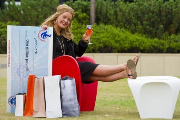 Thành triệu phú nhờ trúng xổ số, cô gái Anh lập trang web tuyển bồ lương 1,8 tỷ VNĐ/ năm