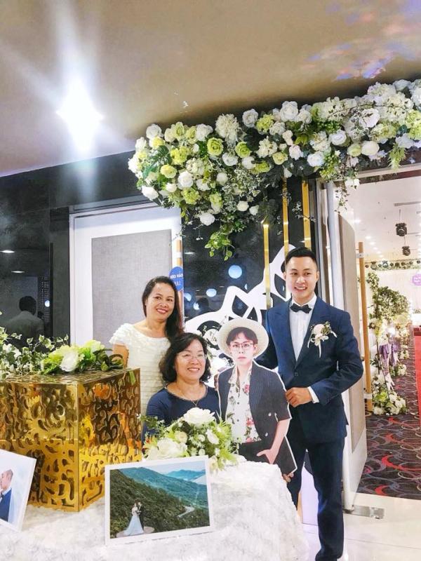 Dù ở nước ngoài không thể về dự đám cưới em trai, người anh vẫn xuất hiện trong mọi khung hình